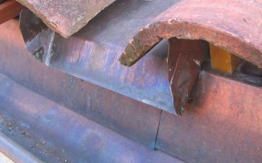 Couverture en tuiles creuses rouges avec che¦üneau, bavette, couloir et larmier en cuivre.jpg